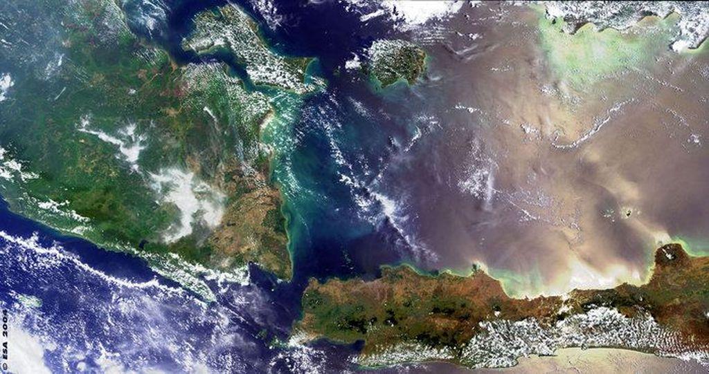 Penampakan sebagian Pulau Sumatra dan sebagian Pulau Jawa yang dipisahkan oleh selat Sunda, seperti terekam oleh satelit ESA.Foto: ESA/NASA