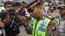 Halo... Polisi Telepon Orang Tua Pengendara Motor di Bawah Umur