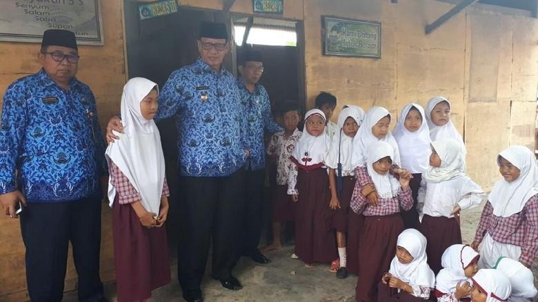 Beda Gaya Gubernur Banten dan - Serang Gubernur Banten Wahidin Halim dan Bupati Serang Tatu Chasanah punya gaya sendiri menyikapi SD Sadah yang dibangun