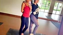 Terkenal sebagai grup musik wanita berpenampilan seksi, Pamela Safitri dan Oza Kioza dari duo serigala menunjukkan olahraga yang mereka lakukan.