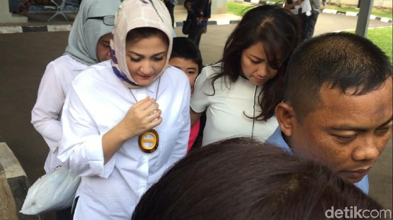 Usai Jenguk Suaminya, Istri Novanto Hanya Diam Sambil Gandeng Anak