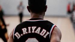Didi Riyadi dikenal sebagai sosok yang piawai memainkan drum dan cinta mati dengan dunia basket. Intip foto-foto Didy Riyadi dan hobinya mengggiring bola.