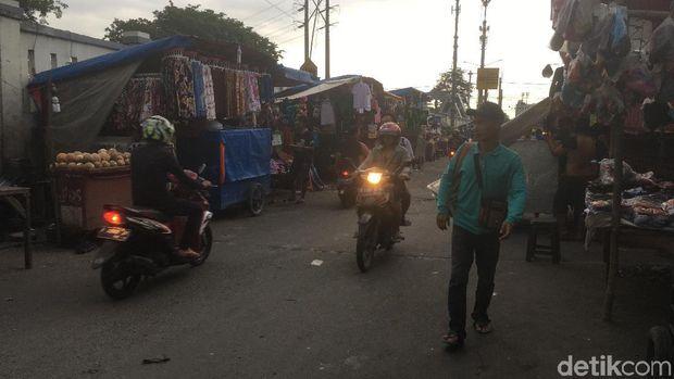 Penampakan PKL di sepanjang Kali Sekretaris Jakarta Barat