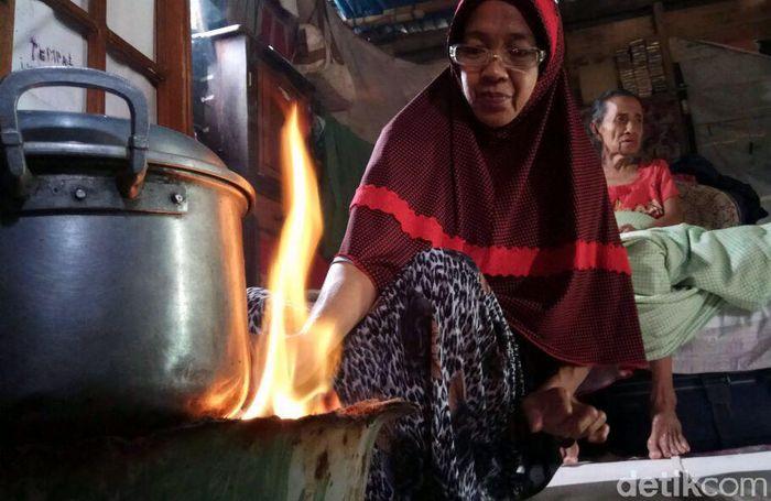 Salah seorang warga Desa Ampekale, Sitti Sadariah mengatakan, sejak dua minggu terakhir, tidak ada satupun warung yang menjual gas elpiji di dua desa pesisir itu. Merekapun terpaksa menggunakan kayu bakar untuk memasak.