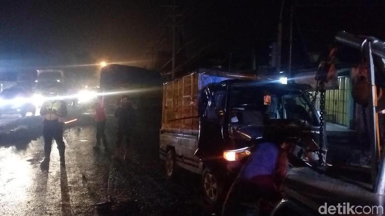 Truk Tronton Vs Pikap di Simpang 4 Trowulan, Sopir Luka