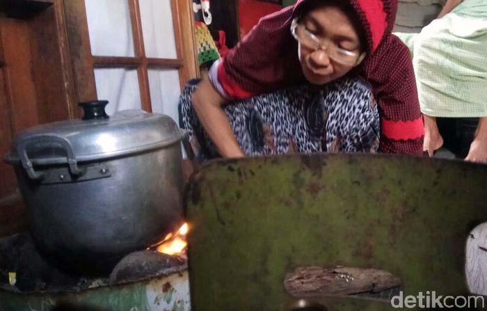 Sejumlah warga di desa Ampekale dan Tupabiring kecamatan Bontoa, Maros, Sulawesi Selatan, terpaksa beralih menggunakan kayu bakar dari gas elpiji 3 kilogram yang sejak dua bulan terakhir mengalami kelangkaan.