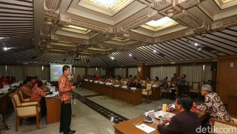Gubernur Ganjar Usul Perawat Honorer - Semarang Jawa Ganjar Pranowo mengkritik gaji perawat honorer yang lebih rendah dari Upah Minimal Ia menghimbau agar Kota