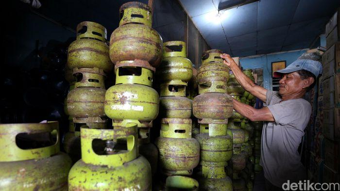 Seorang pedagang merapikan tabung elpiji ukuran 3 kg di kiosnya di Mampang Prapatan, Jakarta Selatan.
