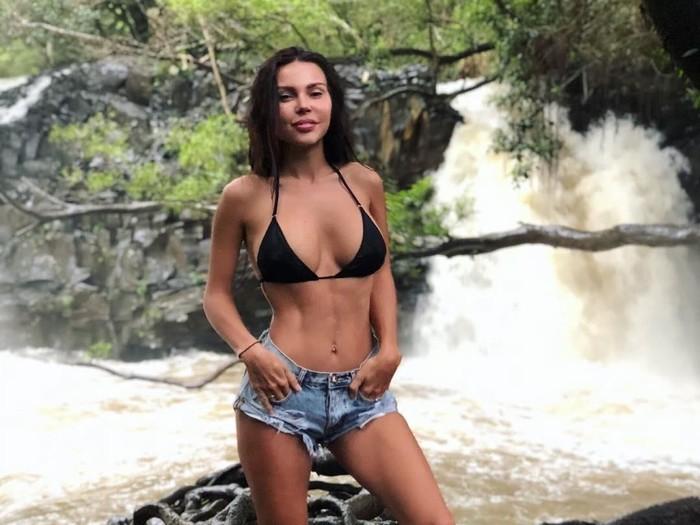 Namanya Oxana Samoylova. Di Rusia sana, ia dikenal sebagai model sekaligus istri dari rapper kenamaan, GeeGun (32). Tubuh rampingnya sudah dikenal jauh sebelum menikah. (Foto: Instagram/samoylovaoxana)