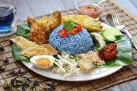 Nasi kerabu dari Malaysia dengan paduan bunga telang.