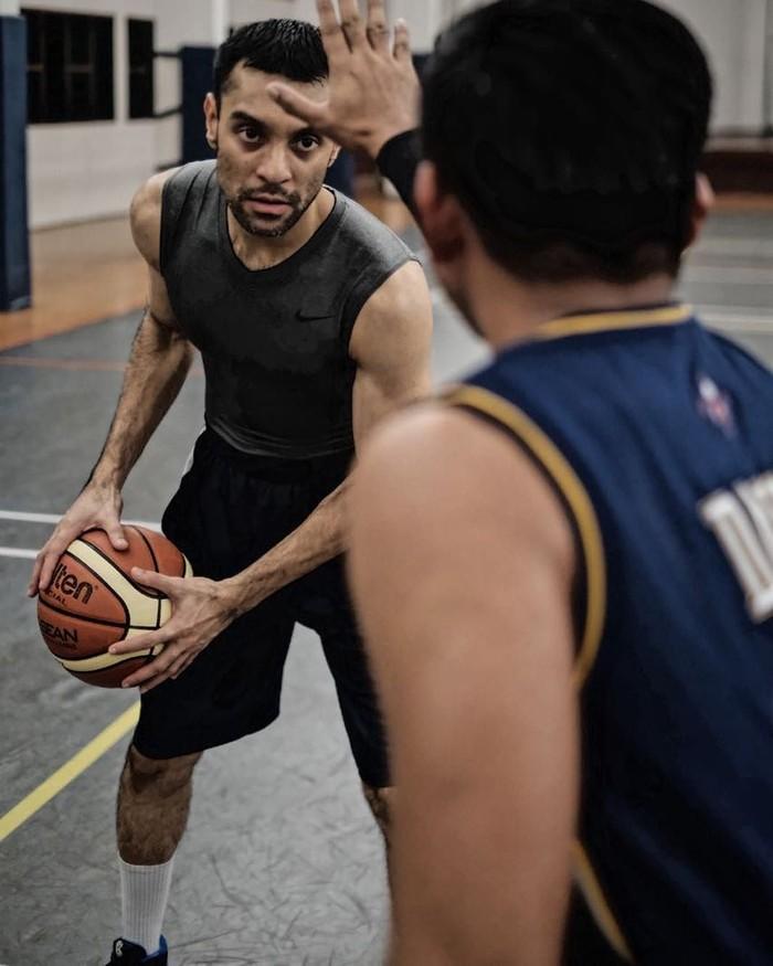 Selain nge-gym, Didi Riyadi, drummer dari grup band Element, terkenal hobi main basket sejak dulu dengan nomor punggung 9. Foto: Instagram @didiriyadi_official