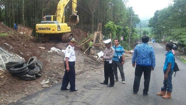 Pembangunan jalur penyelamat ini ditargetkan tuntas akhir Desember 2017