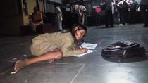 Viral, Kisah Haru Gadis Kecil yang Tiap Malam Belajar di Stasiun