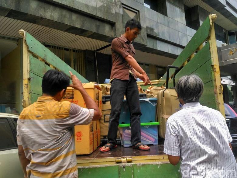 Dispenser Hingga Koper Kasus First - Jakarta Penyidik Bareskrim Polri menggunakan satu truk untuk mengangkut barang bukti kasus dugaan penipuan perjalanan umrah First Barang