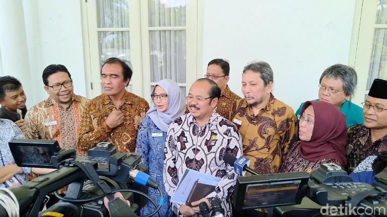 Temui Ombudsman Laporkan Tugas Setahun - Bogor Presiden Joko Widodo menerima Ombudsman Republik Indonesia yang datang memberikan laporan Banyak hal yang dilaporkan anggota Ombudsman