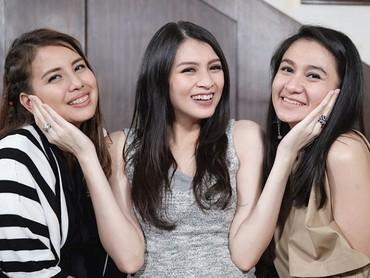 Ceria banget bumil diapit teman-temannya. (Foto: Instagram @donitabhubiy)