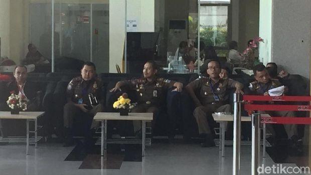 Kasatpol PP DKI Jakarta Yani Wahyu mendatangi KPK.