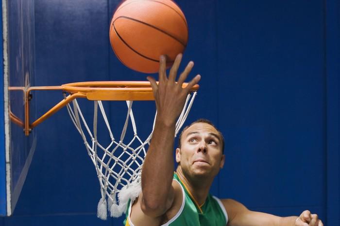 Kemampuan untuk berpikir cepat dan membaca situasi yang ada di lapangan membuat pemain basket cenderung dimiliki perkembangan mental yang baik. (Foto: Ilustrasi/thinkstock)