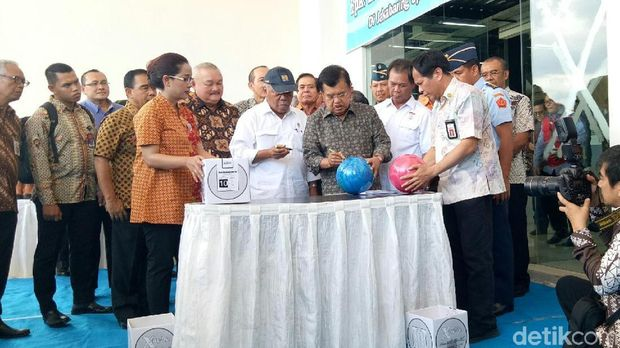 Wapres Jusuf Kalla usai meninjau venue Asian Games 2018 di Jakabaring Sport City, Kamis (7/12/2017)