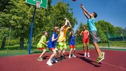Bermain basket punya segudang manfaat untuk kesehatan. Yuk jangan ragu untuk mengambil bola basketmu, dribble, dan shoot!