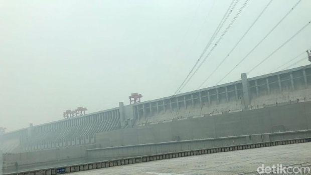 Three Gorges  Dam di China
