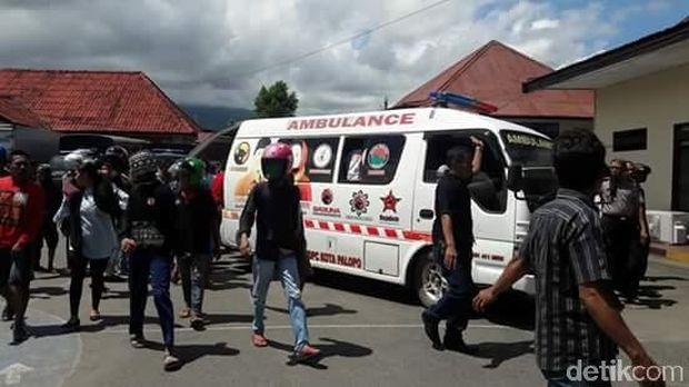 MP Tak Diizinkan Keluar Rutan, Warga Bawa Jenazah Ayahnya ke Polres