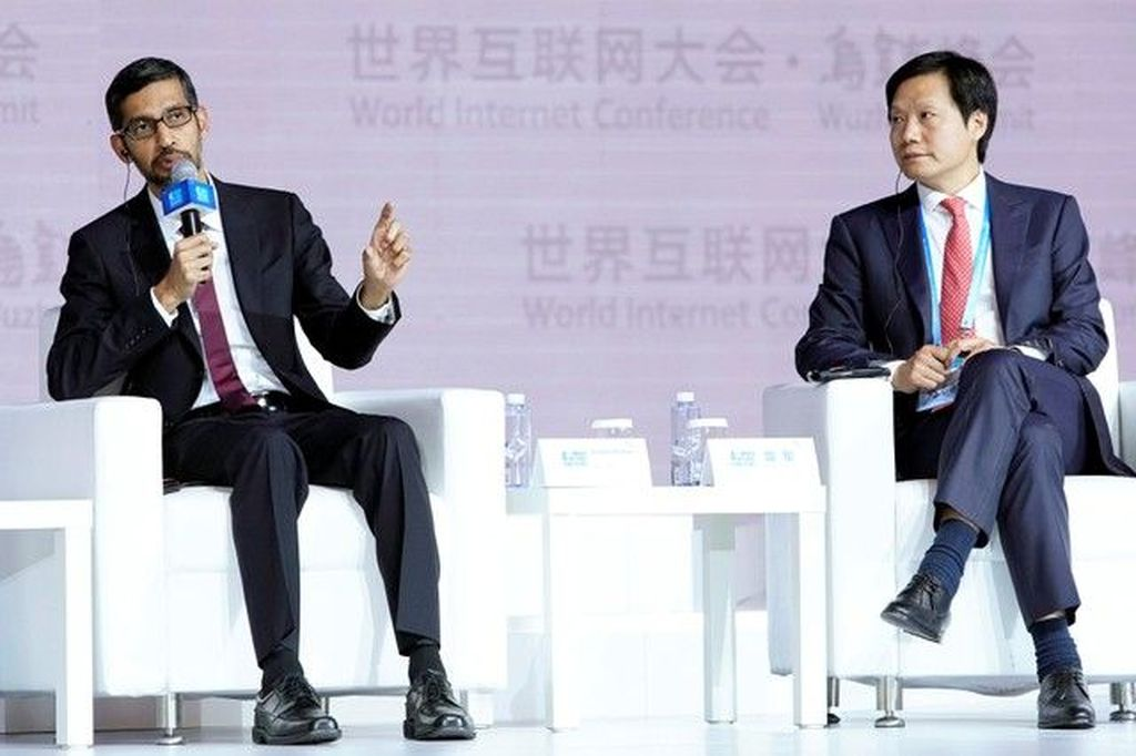 World Internet Conference di China yang bertujuan mempromosikan jaringan internet ala China ini diadakan setahun sekali. Tampak di panggung CEO Google Sundar Pichai dan CEO Xiaomi, Lei Jun. Foto: Reuters