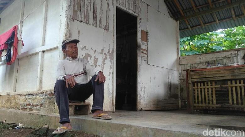 Mbah Hidup Sendirian di Bekas - Purworejo kakek renta di Jawa bertahan hidup dalam Kakek sebatang kara itu bahkan hanya mengandalkan uluran tangan tetangga
