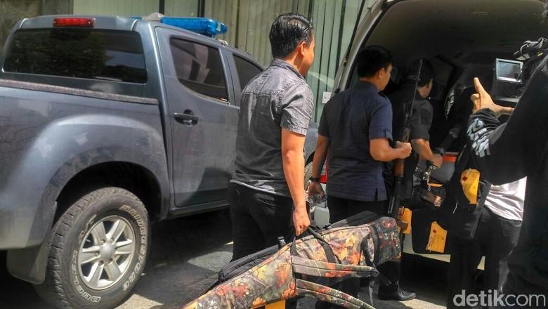 Foto: Airsoft Gun hingga Mobil First Travel yang Diserahkan ke Kejari