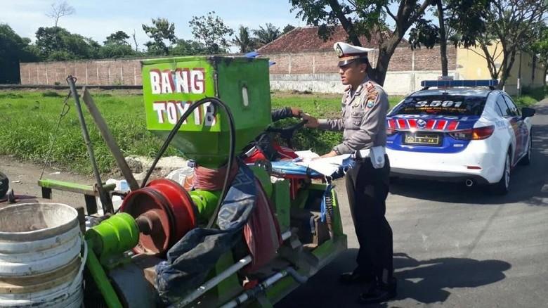 Polisi Berencana Tertibkan Gerandong di - Banyuwangi Polres Banyuwangi berencana menertibkan atau kendaraan rakitan yang biasa digunakan untuk menggiling dan angkutan Untuk polisi melarang