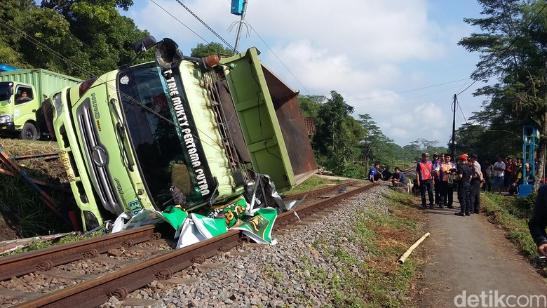 Truk Terguling Tutup Jalur Kereta - Tasikmalaya Truk kecelakaan di Kabupaten Jawa Kendaraan tersebut terguling menutup jalur kereta tersebut berlangsung ruas jalan Kamis sekitar