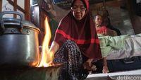 Elpiji Langka, Warga Maros Beralih ke Kayu Bakar
