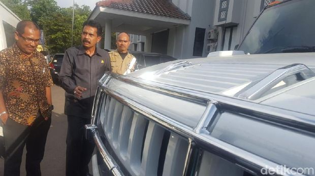 Kepala Kejaksaan Negeri (Kajari) Depok Sufari mengecek kondisi mobil-mobil sitaan dari kasus bos First Travel, Kamis (7/12/2017)