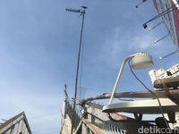 Ada antena parabola yang juga dipasang di JPO ini