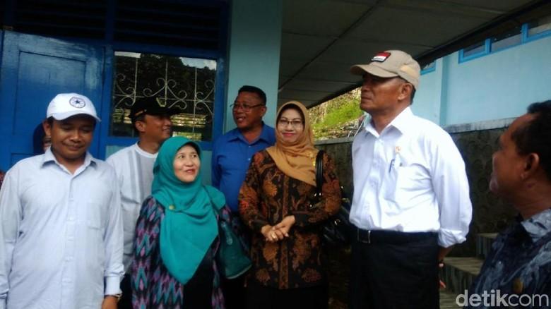 Mendikbud akan Bangun Ruang Kelas - gunungkidul Mendikbud Muhadjir Effendy berkunjung ke sejumlah sekolah di Gunungkidul yang terdampak bencana banjir beberapa waktu Dalam kunjungan