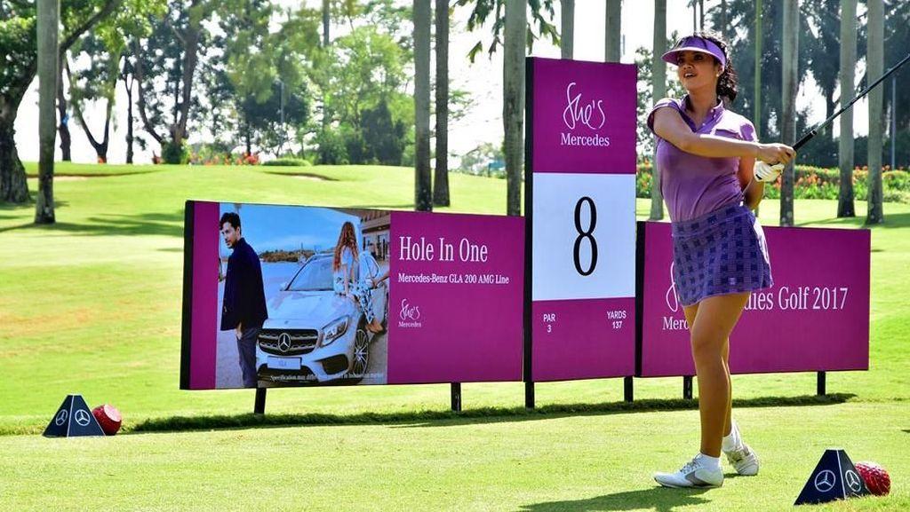 Farah Quinn Ikuti Turnamen Golf Mercy