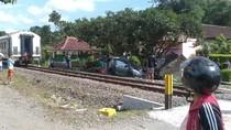Mobil Tertabrak Kereta di Blitar, 4 Penumpang Luka Berat