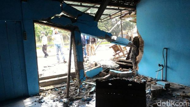 Bangunan yang rusak ditabrak mobil Patwal polisi di Boyolali.