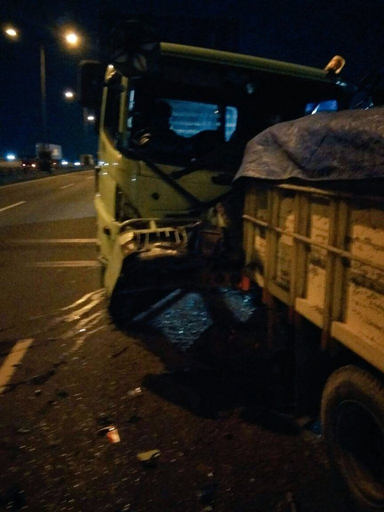 Kecelakaan Truk vs Truk Terjadi - Kecelakaan di Tol Jatinegara TMC Polda Metro Jakarta Kecelakaan terjadi di KM Tol Jatinegara arah Jakarta Kecelakaan dilaporkan