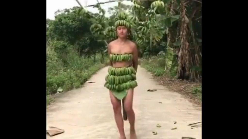 Foto: Kocak, Pria China Bikin Fashion Show Victorias Secret Pakai Pisang