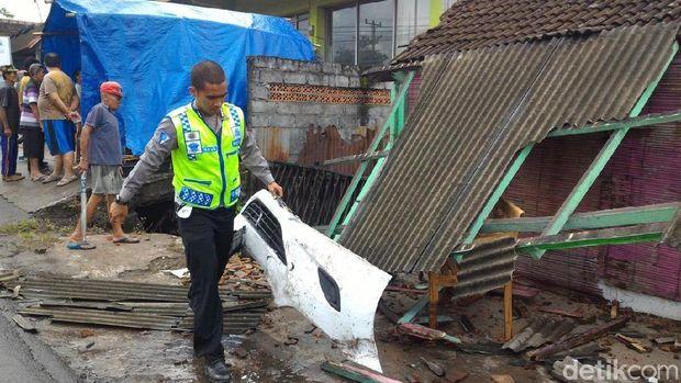 Bangunan yang rusak akibat ditabrak mobil Patwal Polisi di Boyolali.
