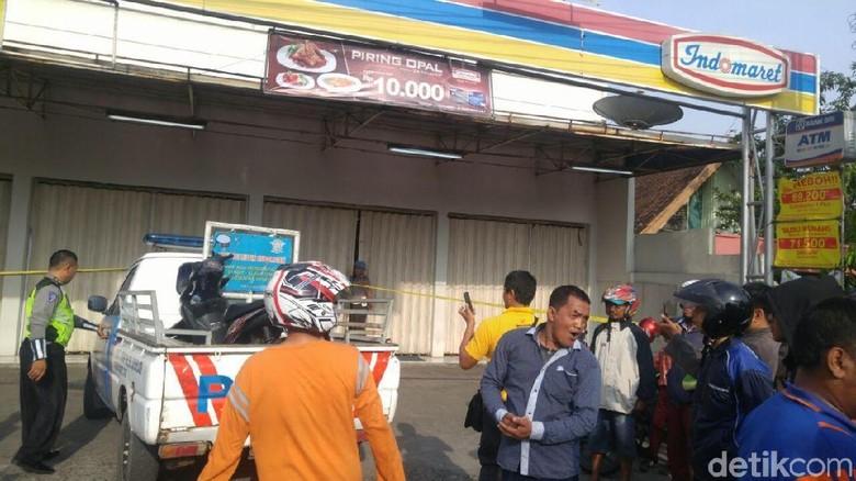 Jasad Kasir Minimarket Korban Perampokan - Semarang Seorang kasir minimarket di Semarang menjadi korban perampokan dan Jasadnya ditemukan di ruang brankas tempat dia dengar