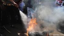 Foto: Polisi Padamkan Ban yang Dibakar Massa di Kedubes AS