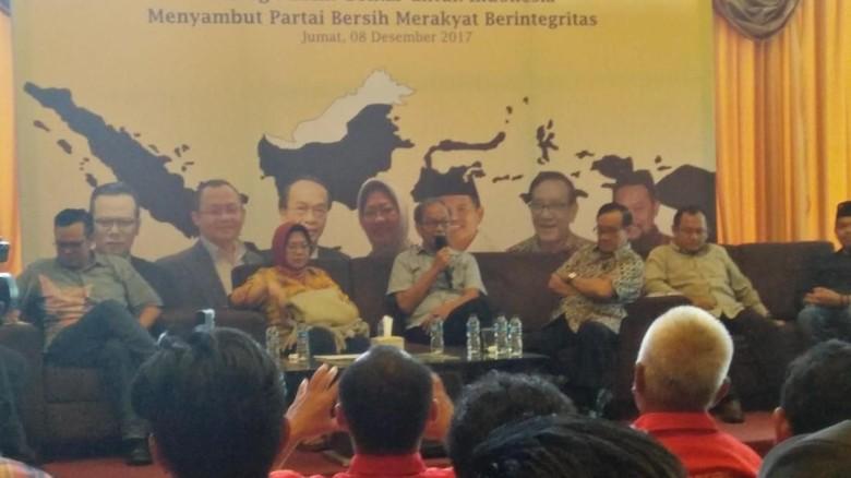 Senior Golkar Sebut Caketum di - Jakarta Sarwono mengharapkan sosok penyelamat sebagai ketua umum baru partai berlambang beringin Bila caketum Golkar Sarwono yakin elektabilitas