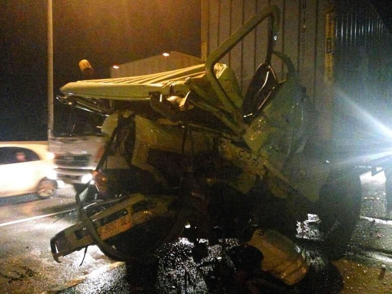 Truk Trailer Tabrakan di KM - Jakarta truk trailer mengalami tabrakan di Jalan Tol Wiyoto Satu orang mengalami trailer kecelakaan kontranya sudah sementara satu