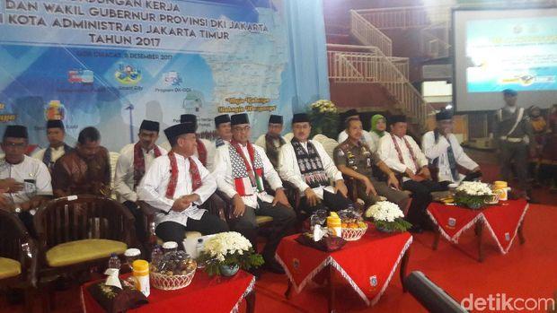 Gubernur DKI Anies Baswedan memakai syal bendera Indonesia-Palestina saat kunker di Jakarta Timur