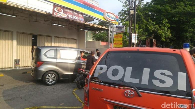 Pelaku dan Korban Perampokan Minimarket - Semarang yang membunuh kasir minimarket Indomaret di Semarang menggunakan seragam yang sama dengan Saat datang ke pelaku beralasan