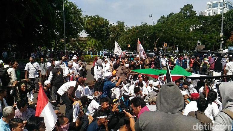 Massa di Kedubes AS Tambah Banyak, Bendera Palestina Dibentangkan