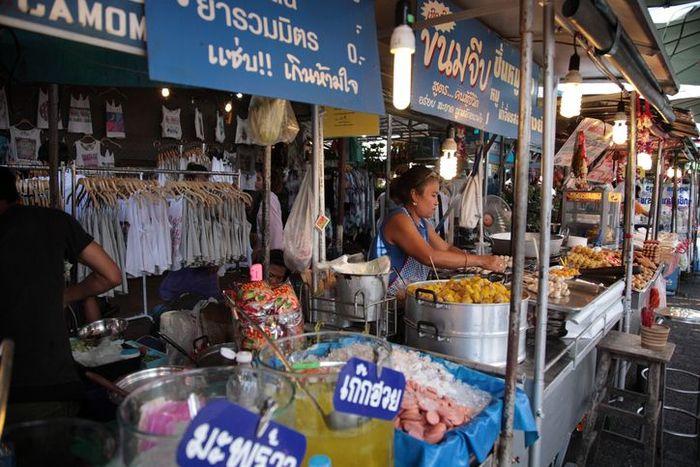 Chatuchak Market hanya buka di akhir pekan yaitu Sabtu dan Minggu. Ada lebih dari 8.000 kios, Anda bisa membeli aneka pelengkapan hingga makanan. Salah satunya adalah Fish Cake atau Tod Mun Pla Krai yang jadi jajanan populer masyarakat lokal. Ngemil fish cake sambil lihat-lihat yang unik pasti enak! Foto: Istimewa