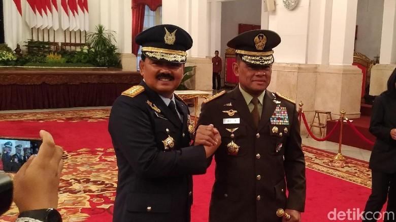Beda Momen Pelantikan Gatot dan - Jakarta Marsekal Hadi Tjahjanto telah resmi dilantik Presiden Joko Widodo sebagai Panglima TNI di Istana Bila dilihat ada
